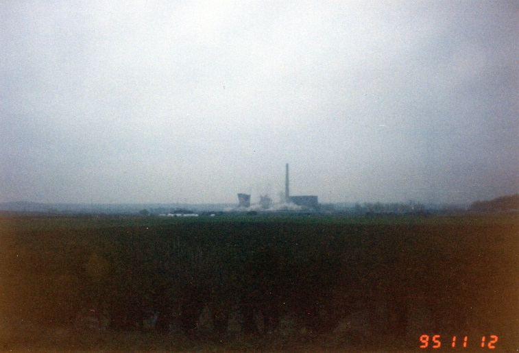 SkeltonGrangePowerStation(3)BeingDemolishedAbout8.00a.m.Nov121995..jpg