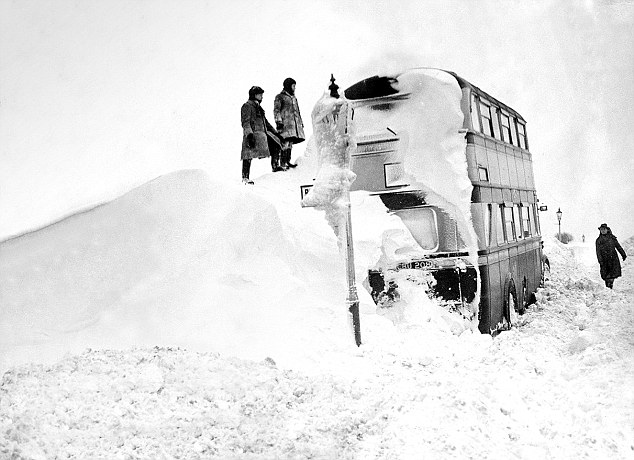 London Bus in snowdrift 1947.jpg